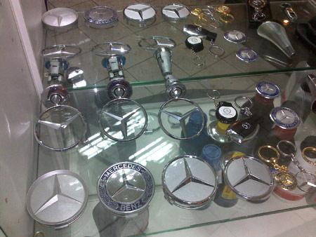 Эмблемы мерседес в магазинах Доктор Бенц